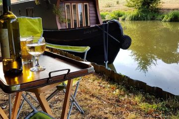 Exterior of Boutique narrowboat romantic weekend getaway Lesley Ann