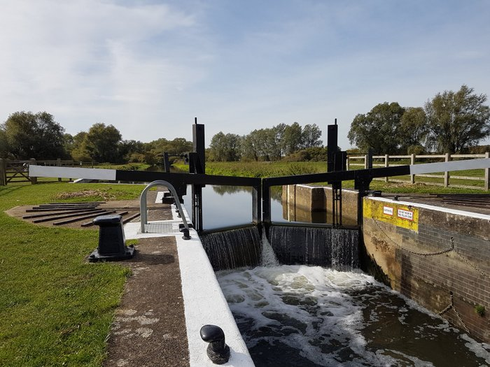 Boutique Narrowboat operation of a lock