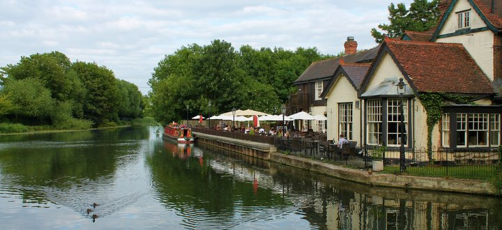 spring and summer breaks narrowboat luxury holiday outdoor pub garden-001